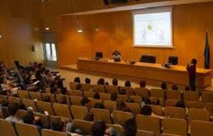 <p style=margin-left:35.4pt>El pasado martes 30 de mayo, tuvo lugar la fase final del Concurso Tesis en 3 minutos, organizado por la Escuela de Doctorado de la Universidad de Alcal&aacute;, conjuntamente con las escuelas de doctorado de la Universidad Rey Juan Carlos, Universidad Complutense de Madrid y Universidad Aut&oacute;noma de Madrid.&nbsp;</p>  <p style=margin-left:35.4pt>Participaron 18 estudiantes de las cuatro universidades que asumieron el reto de explicar su trabajo de investigaci&oacute;n durante tres minutos, a trav&eacute;s de un lenguaje sencillo e inteligible capaz de llegar al gran p&uacute;blico.</p>  <p>El jurado seleccion&oacute; las siguientes cinco mejores presentaciones en las diferentes &aacute;mbitos de conocimiento:</p>  <p><strong>Por la Rama de Artes y Humanidades</strong></p>  <ul> <li>Nuria Otero de Juan de la UAH, titulo de la tesis: &ldquo;El aprendizaje de las construcciones gramaticales: una perspectiva psicoling&uuml;&iacute;stica&rdquo;.</li> </ul>  <p><strong>Por la Rama de Ciencias</strong></p>  <ul> <li>&nbsp;V&iacute;ctor Fern&aacute;ndez Hurtado de la UAM, t&iacute;tulo de la tesis: &ldquo;Transferencia radiactiva de calor en nanoestructuras&rdquo;</li> </ul>  <p><strong>Por la Rama de Ciencias de la Salud</strong></p>  <ul> <li>M&ordf; Mar Torres Capelli de la UAM, t&iacute;tulo de la tesis: &ldquo;Rutas de se&ntilde;alizaci&oacute;n del ox&iacute;geno mediadas por el factor de respuesta a hipoxia, HIF2&alpha;, y biomarcadores diagn&oacute;stico/pron&oacute;stico no invasivos en fisiopatolog&iacute;a&nbsp; respiratoria&rdquo;</li> </ul>  <p><strong>Por la Rama de Ciencias Sociales y Jur&iacute;dicas</strong></p>  <ul> <li>Edison Eloy Mata Perez de la UAM, t&iacute;tulo de la tesis: &nbsp;La inteligencia emocional en la educaci&oacute;n infantil.&nbsp; An&aacute;lisis y mejora de la autoconsciencia para la formaci&oacute;n.</li> </ul>  <p><strong>Por la Rama de Ingenier&iacute;a y Arquitectura</strong></p>  <ul> <li>Ana Cru
